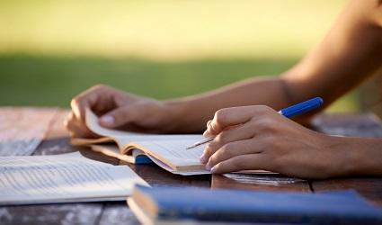Jeunes et éducation, femme étudiant pour un test universitaire